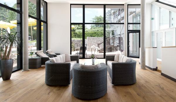 modernes wohn design trifft auf schwarzwaldromantik. Black Bedroom Furniture Sets. Home Design Ideas